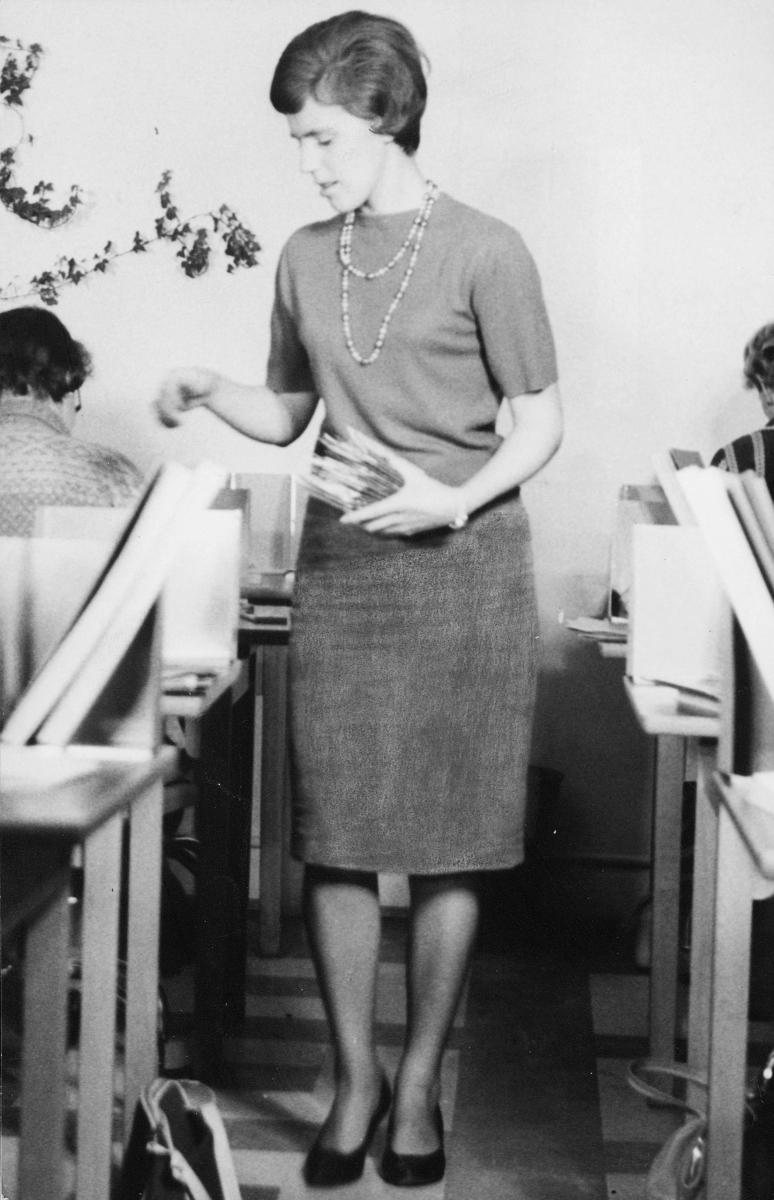postsparebanken, interiør, dame holder post i hånden