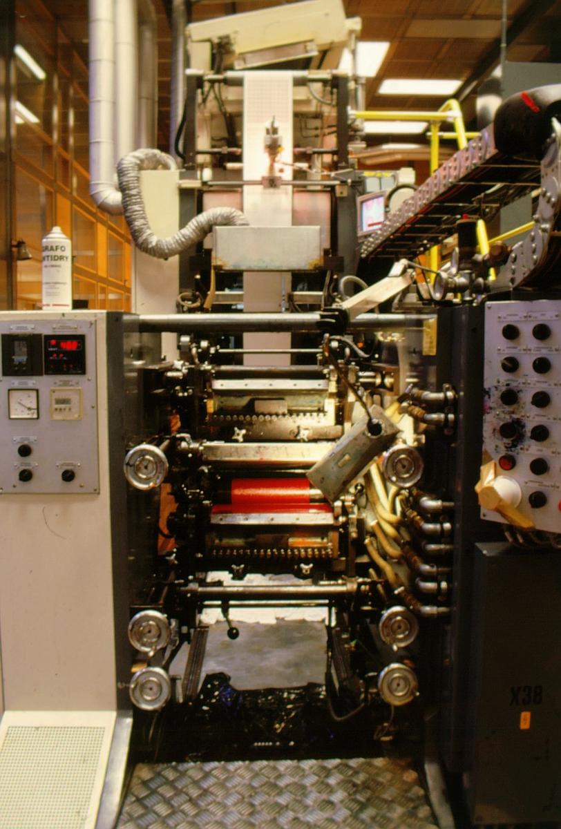 frimerketrykking, Norges bank Seddeltrykkeriet, rotasjonspresse, Goebel frimerkerotasjon, frimerker i produksjon, rød valse, oversiktsbilde på enden av maskinen, nærbilde