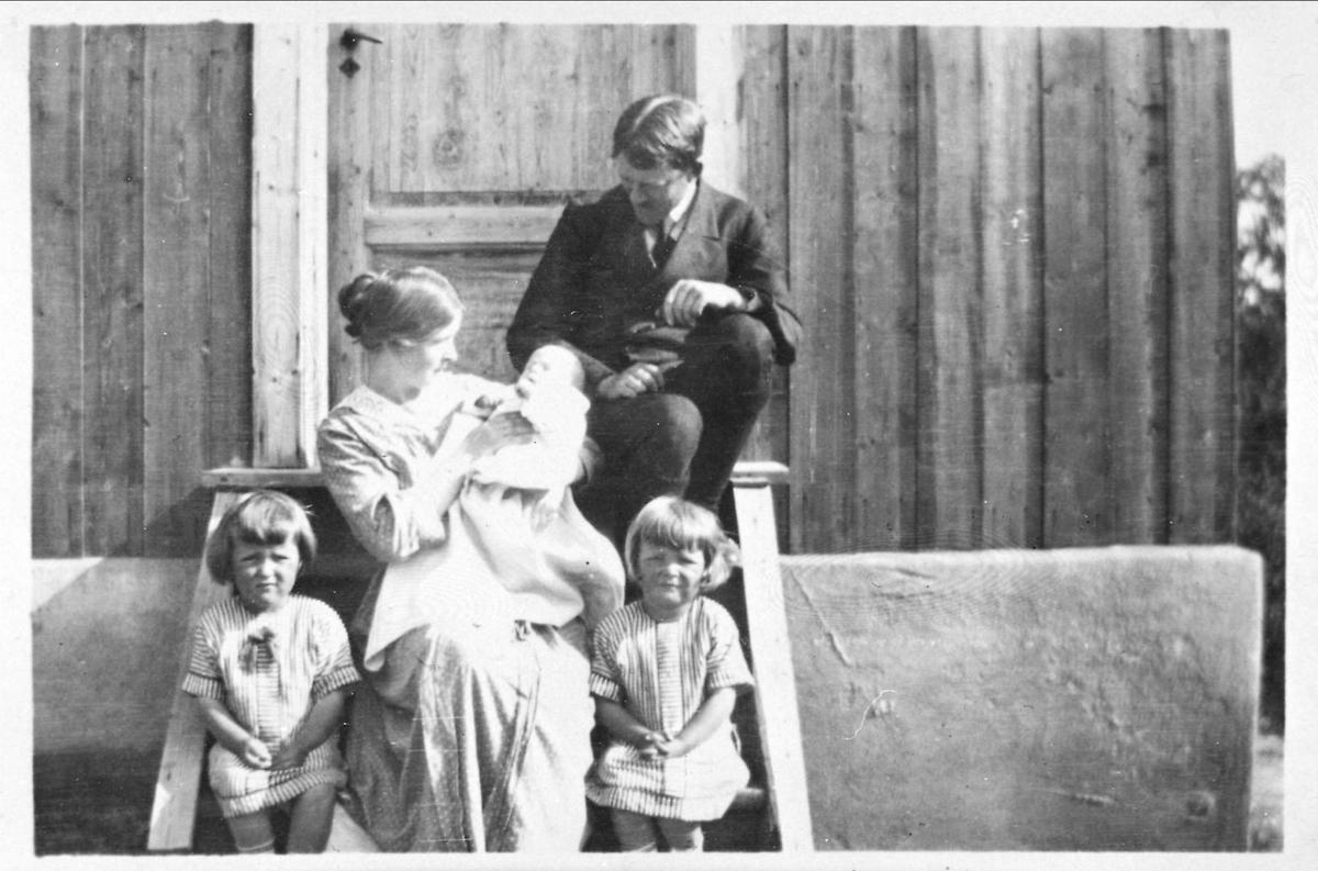 Kvinne, mann, barn, trapp