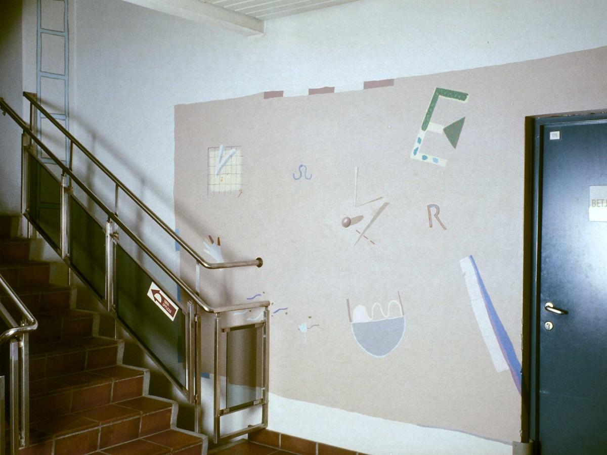 Del av utsmykking som strekker seg over 7 etasjer. Ett maleri på hvert repos.En malt stigestrekker seg over 7 etasjer på vegg i trappesjakt.  Samarbeidsprosjekt mellom firekunstnere (Kyllingmark, Pettersen, Sivesind og Bolling).