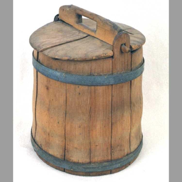 Melkebøtte, gran. Lagget arbeide, konisk form, holdt sammen med 2 galvaniserte  jernbånd,  1 oppe og 1 nede. Ved randen 2 ører med huller til feste  for lokket som har hank (lokk og hank furu). Det ene øre istykker derfor er påsatt et av   jern  , som opprinnelig har tilh. en sinkbøtte.  Tilstand okt. 1960: Litt markspist.