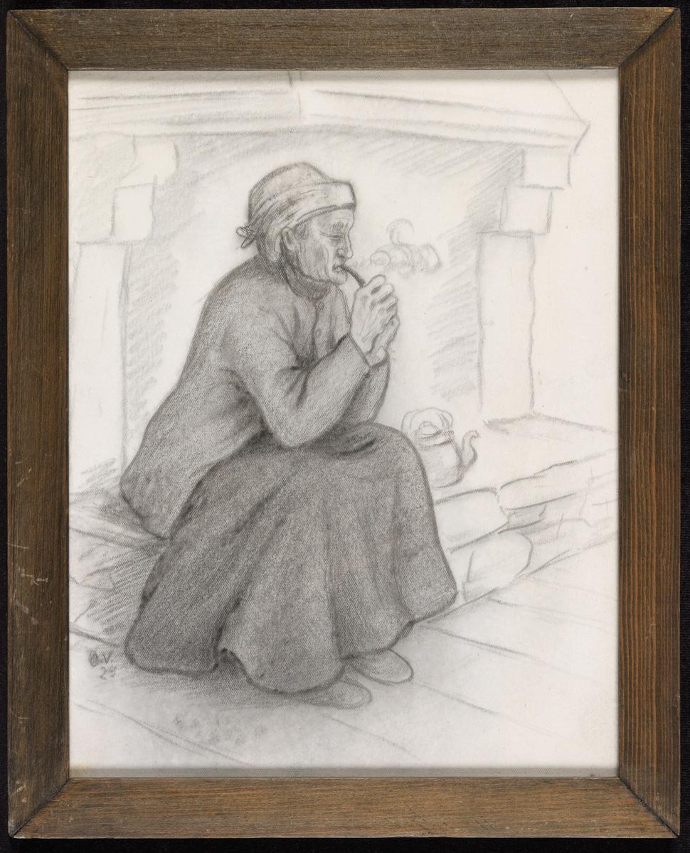 Kvinne sittende i peisen, høyrevendt; pipe i munnen,  tørkle om hodet