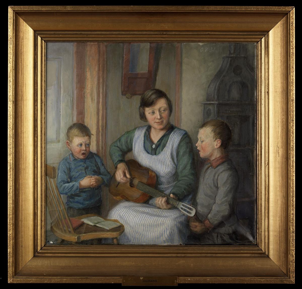 Interiør m. kvinne, sittende, grønn bluse, stripet forkle, gitar, 2 gutter i gensere; i bakgrunnen dør, vegg m. speil, ovn