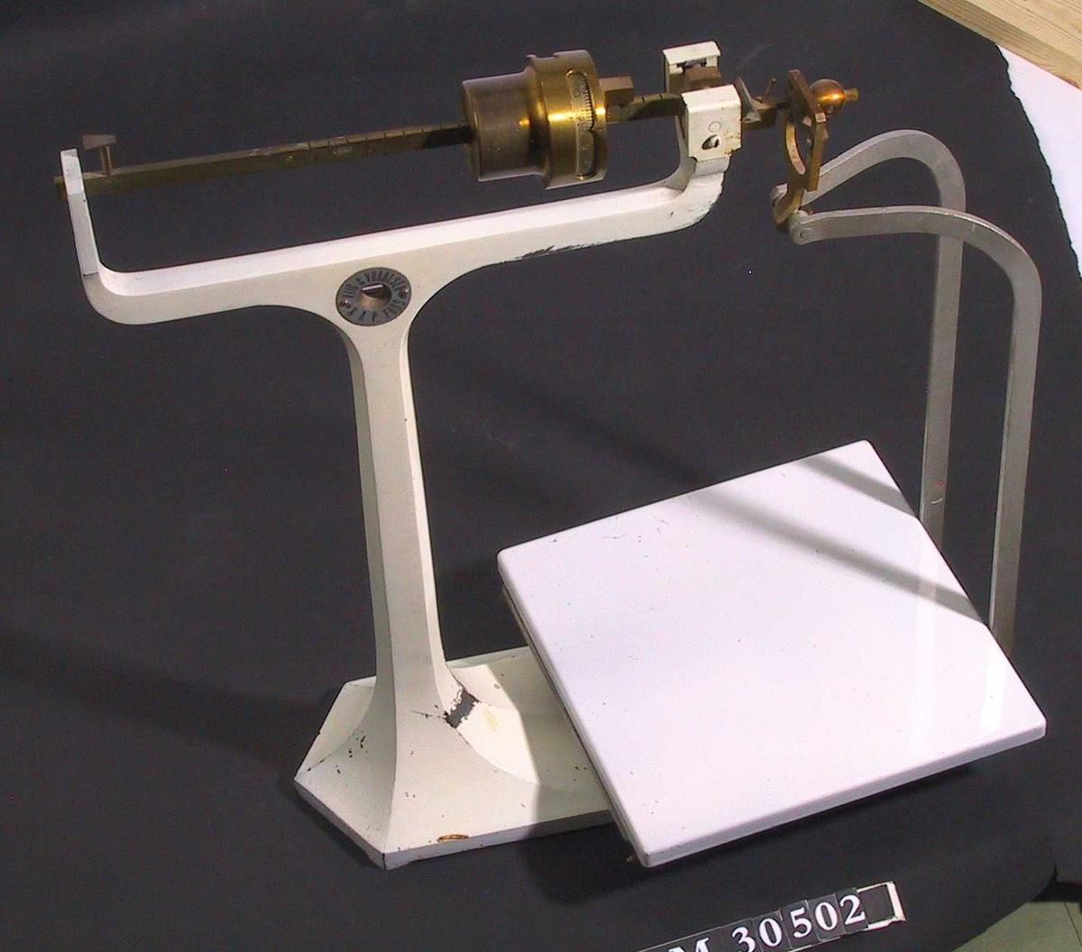 Form: T-formet vektstativ med bred fot, er oppheng for kvadratisk flat, vektskål.