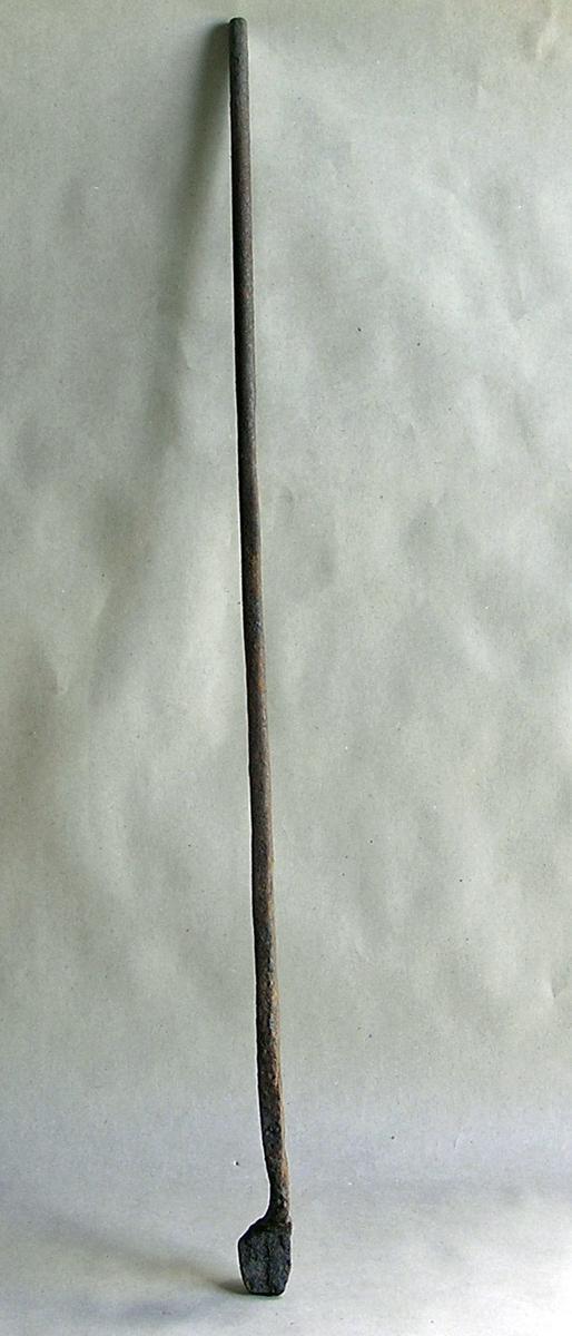 Halvdel av smitang; en arm og kjeftdel. Naglen mangler. Hører muligens sammen med EB.07325.