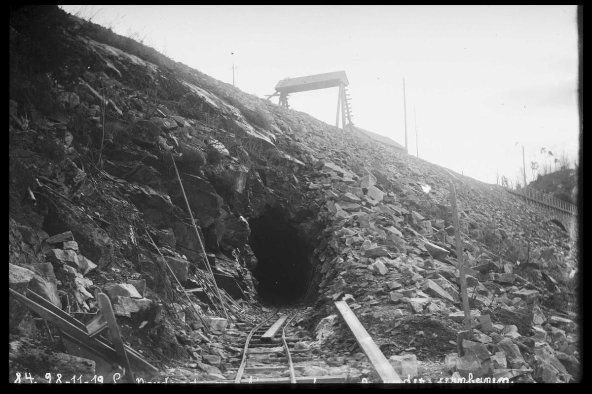Arendal Fossekompani i begynnelsen av 1900-tallet CD merket 0470, Bilde: 46 Sted: Bøylefoss Beskrivelse: Tømmerrennetunnel under jernbanen