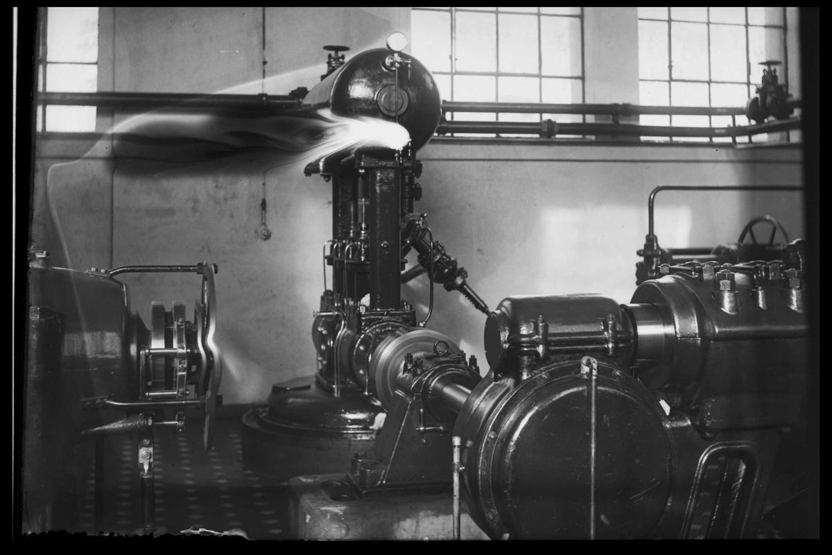 Arendal Fossekompani i begynnelsen av 1900-tallet CD merket 0470, Bilde: 47 Sted: Bøylefoss Beskrivelse: Oljepumpe til aggregat i maskinsalen