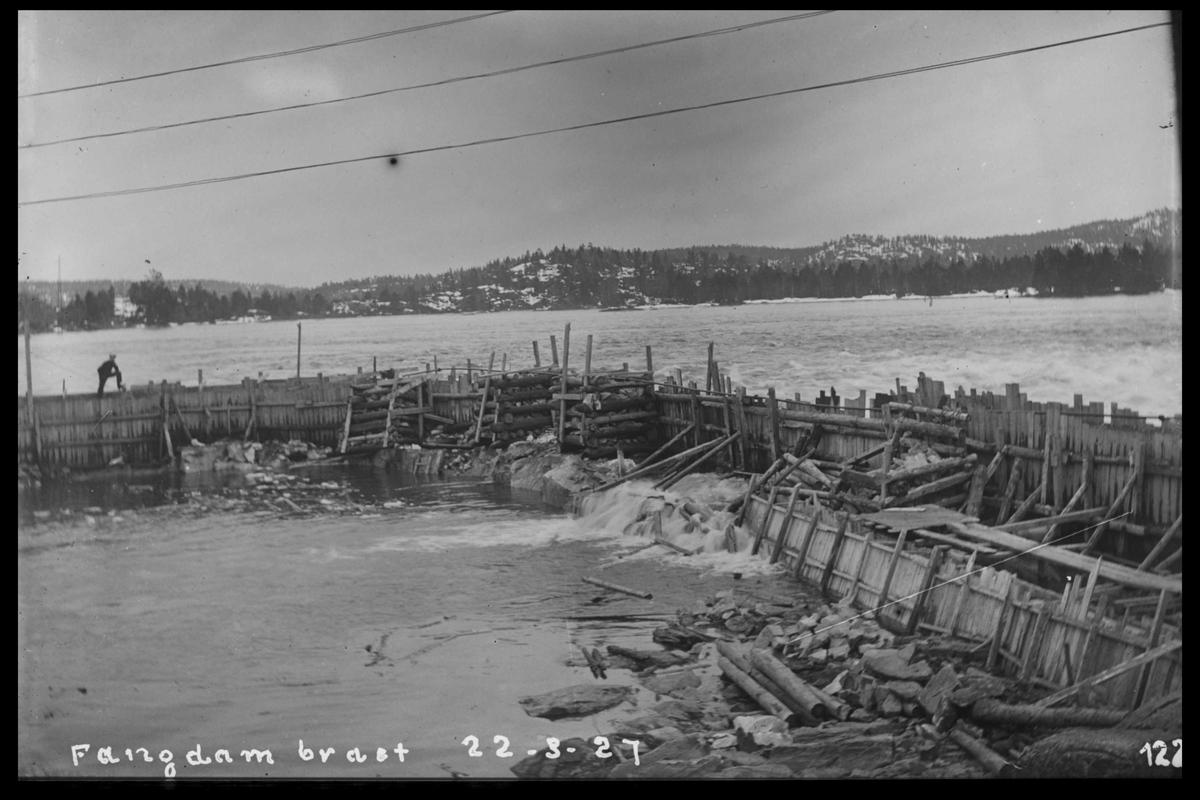 Arendal Fossekompani i begynnelsen av 1900-tallet CD merket 0470, Bilde: 82 Sted: Flaten Beskrivelse: Fangdammen under flom. Sett nedover elva