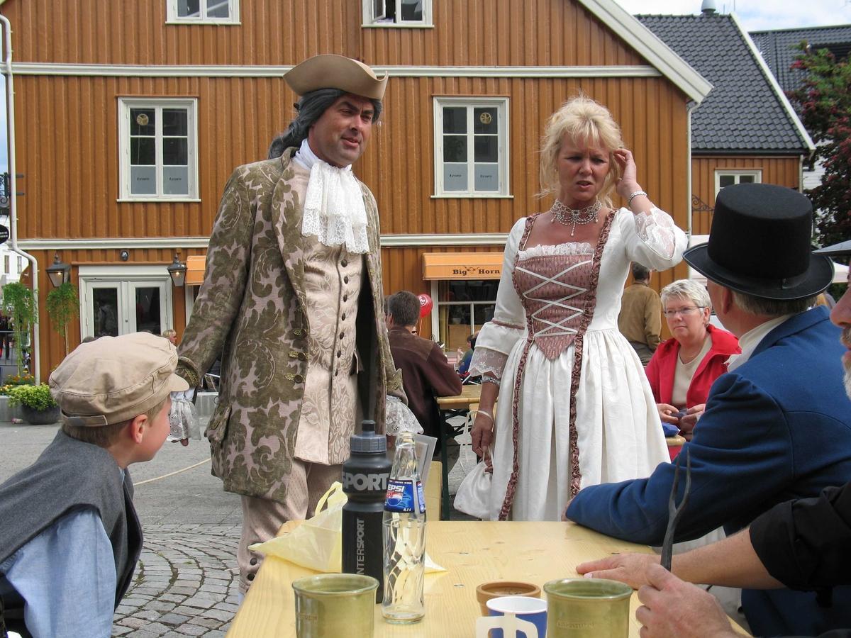 Kjæmpestaden 2005. Gjester på Kanalplassen, i drakter fra 1700-tallet.