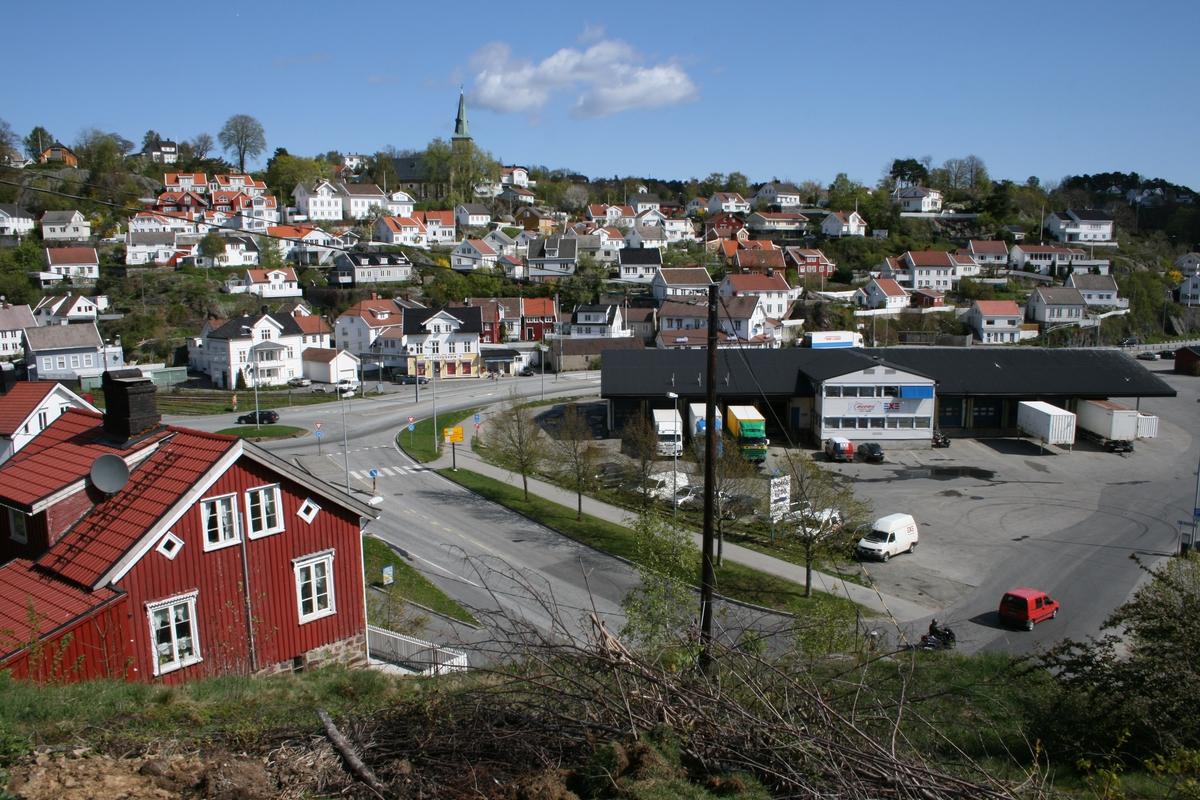 Strandstedet Barbu, sett fra fjellknausen mellom Kystveien 3 og 7. Kystveien sentralt i bildt, Linjegodsbygget t.h. Barbu krk, øverst midt i bildet, over strandstedet.