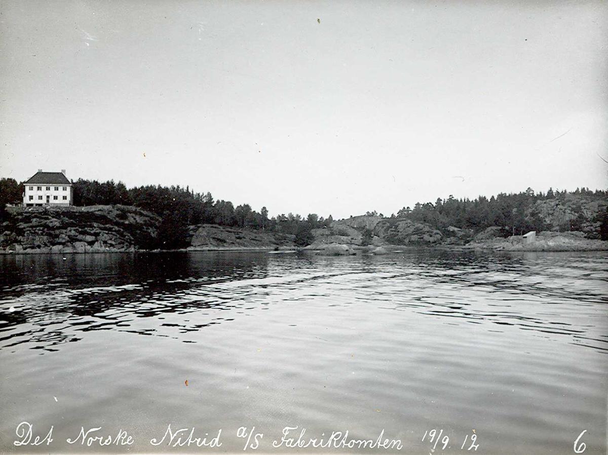 """""""19/09-1912"""" Nitriden. Fabrikktomten. Kupert terreng, ingen hindring! Smelteverkets første direktørbolig til venstre. Tromøysund i forgrunnen."""