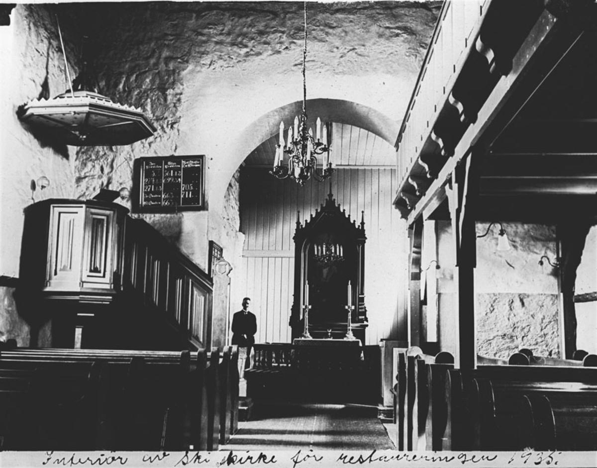 Interiør fra Ski kirke før restaureringen 1935
