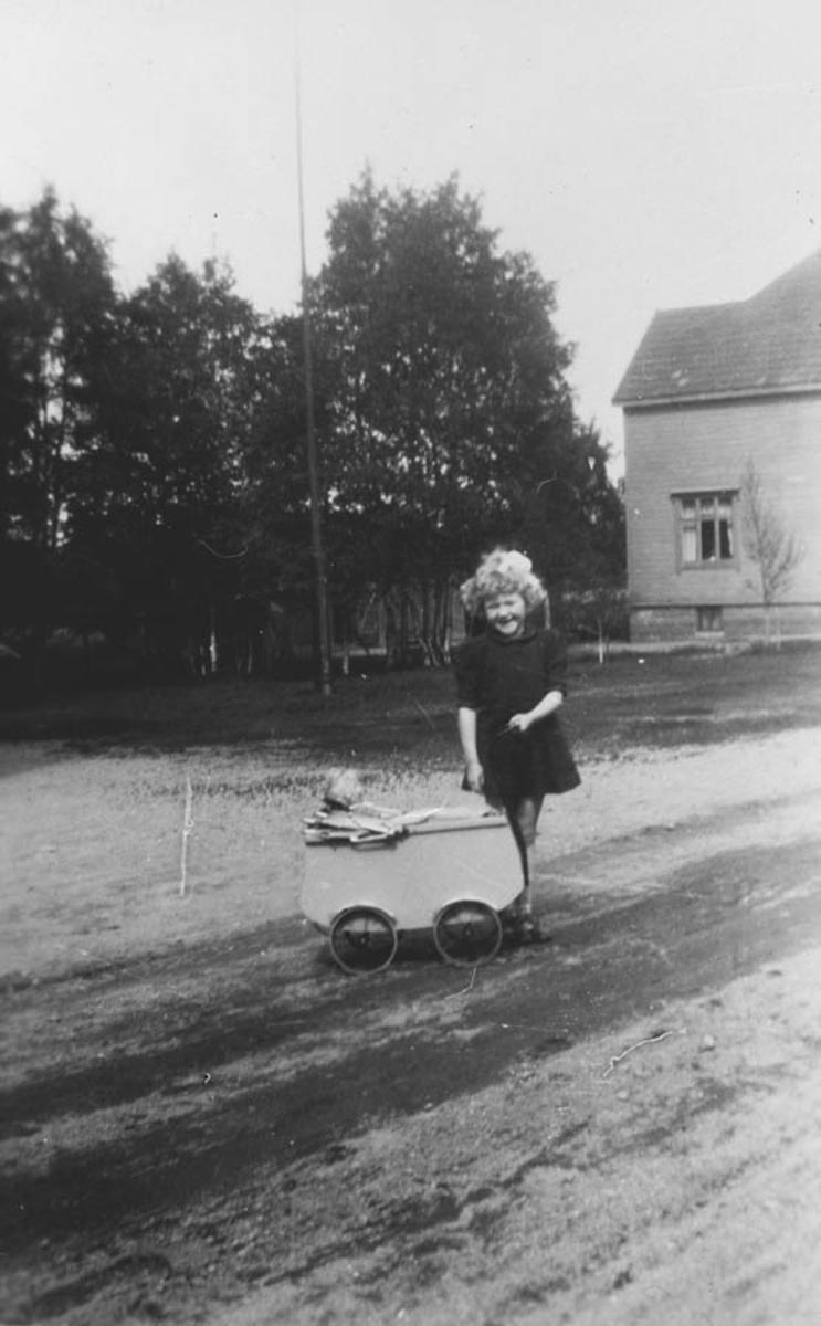 Laila Hansen (Fjell). På tur med dukkevogn.