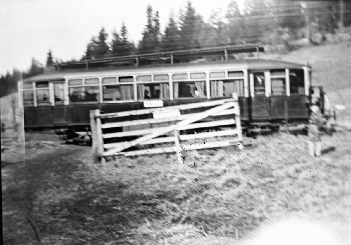 NSB`s linjebuss (skinnebuss/motorvogn) ved Langli stoppested, planovergang.