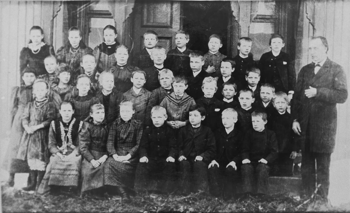 Kullet 1895 - 1900.  Lærer Hans Olsen