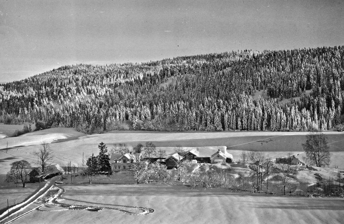 Flyfoto av Østby øvre gård.  Vinterbilde.