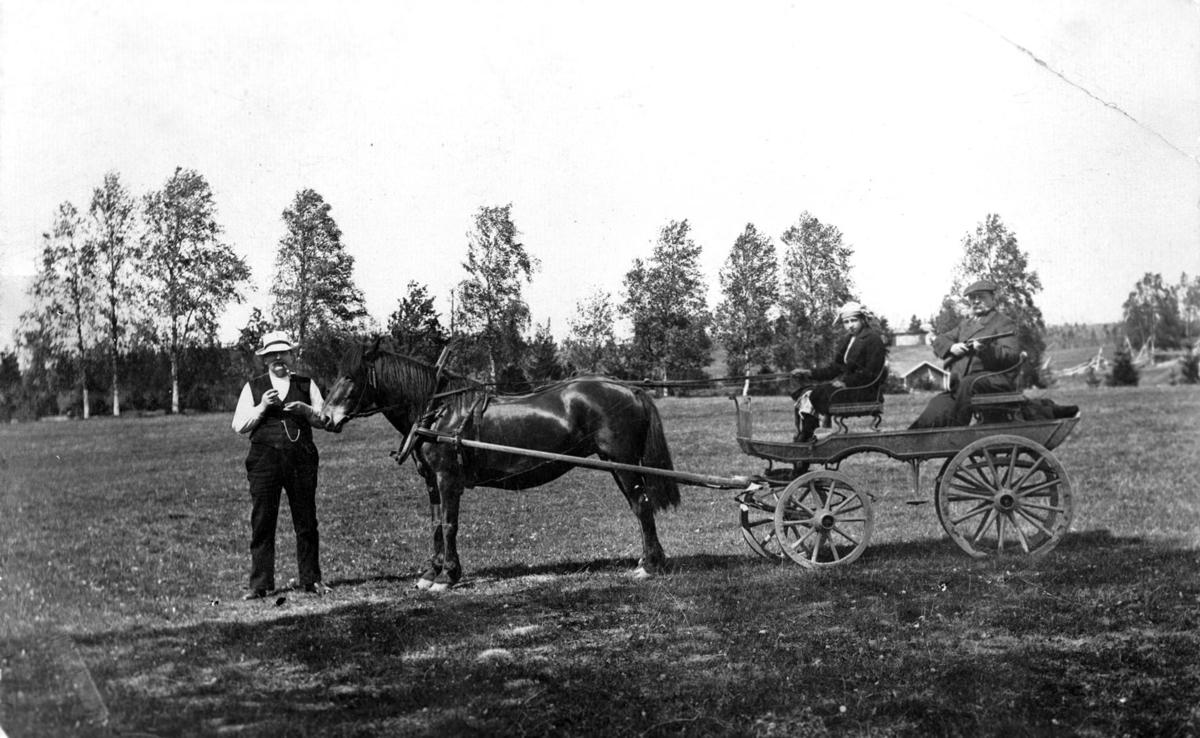Folk fra Trandum gård klar til tur med hest og kjerre.