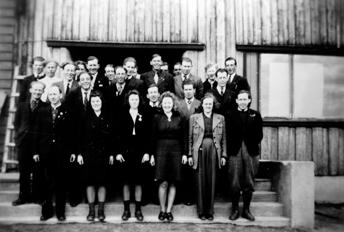 Deltakere i et studiekurs foran Folkets hus, Jessheim