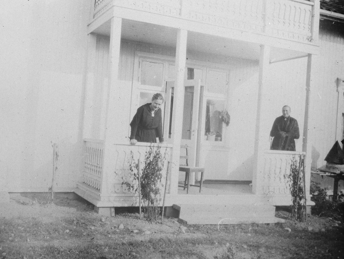 To kvinner på trappen.