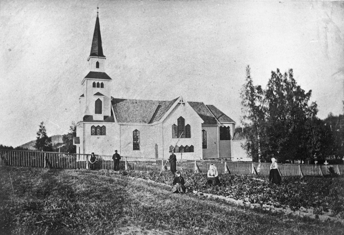 Gårdsarbeid ved en kirke.