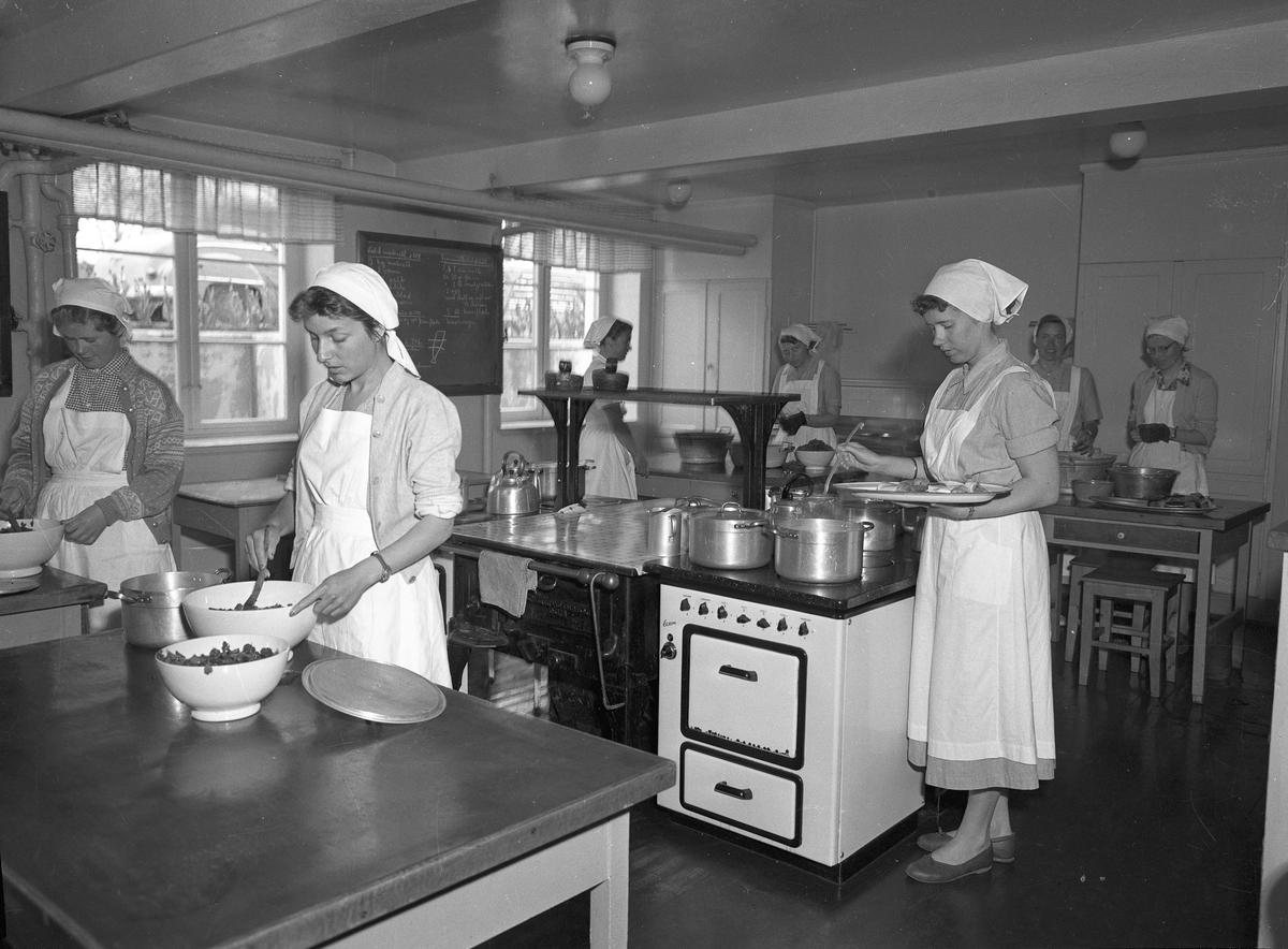 Romerike ungdomsskole / Akershus Fylkes Husmorskolekurs, Sørumsand. Det lages bl.a. kokt makrell.