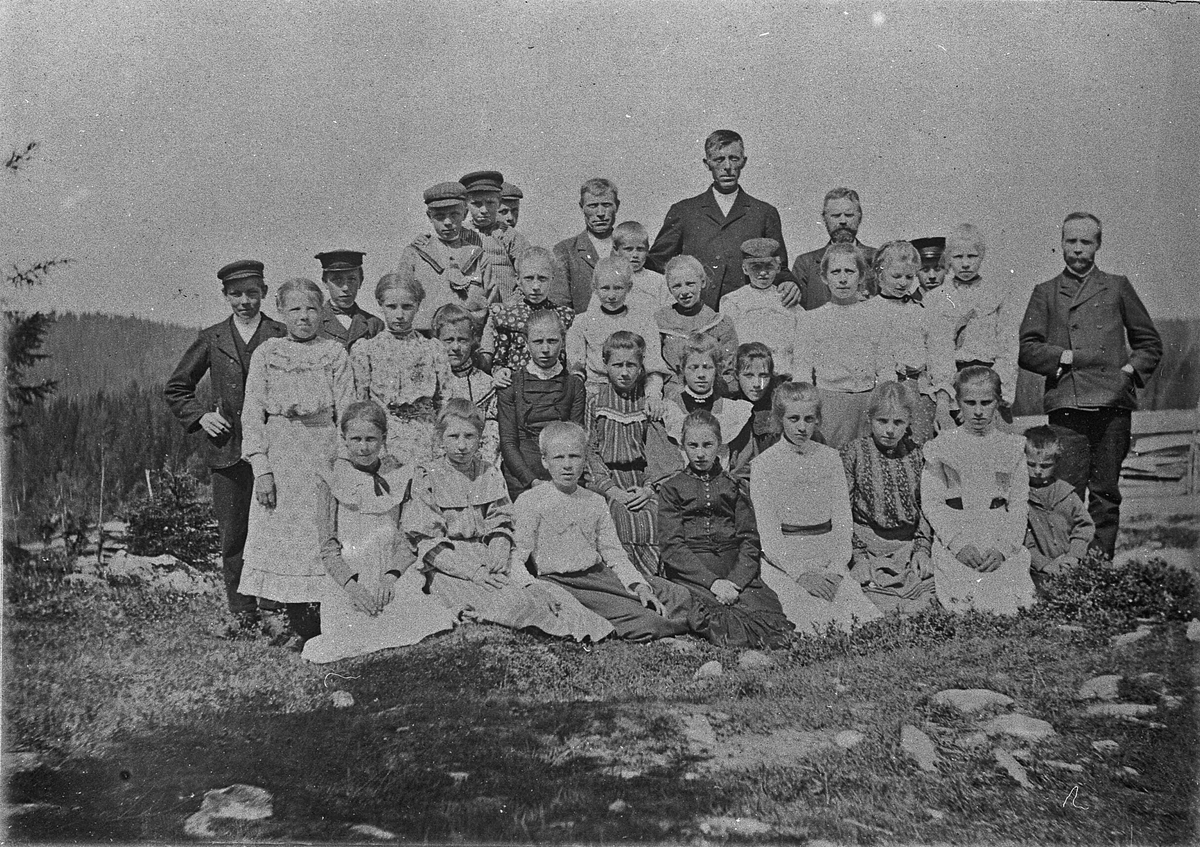 Gullverket skole. Klassebilde 1904-11.  Elever med foreldre. Lærer T. Røen til høyre. Andre: Ole Nystuen, Olaus Vangen, Anton Vangen, O Solberg, Torbjørn Røen, Inga Hoelseter, Gunnar Hoelseter.