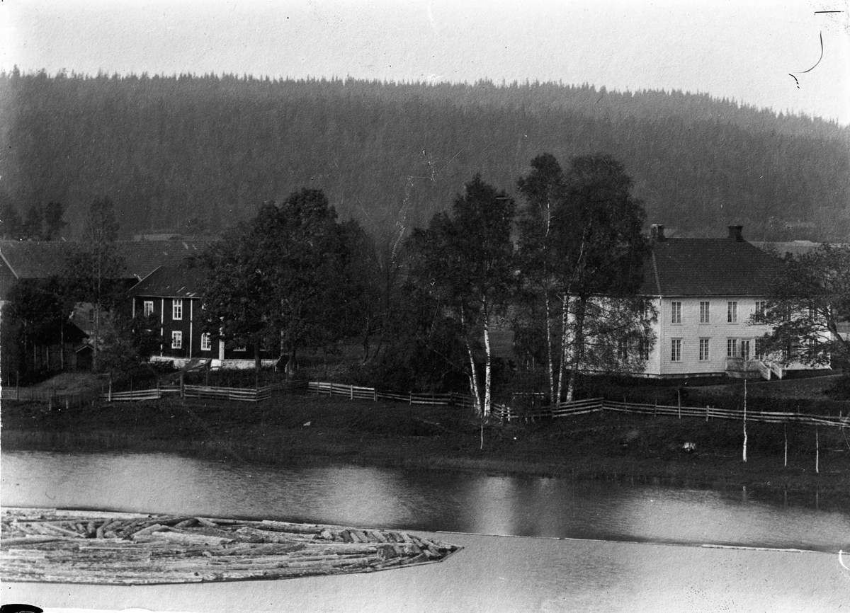 Rolighet. Bygningen ligger ved Andelva og tilhører Mathiesen.