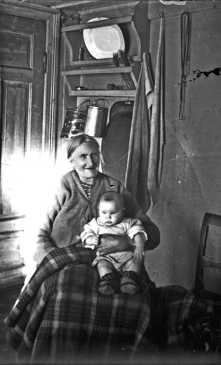Portrett. Eldre kvinne og lite barn