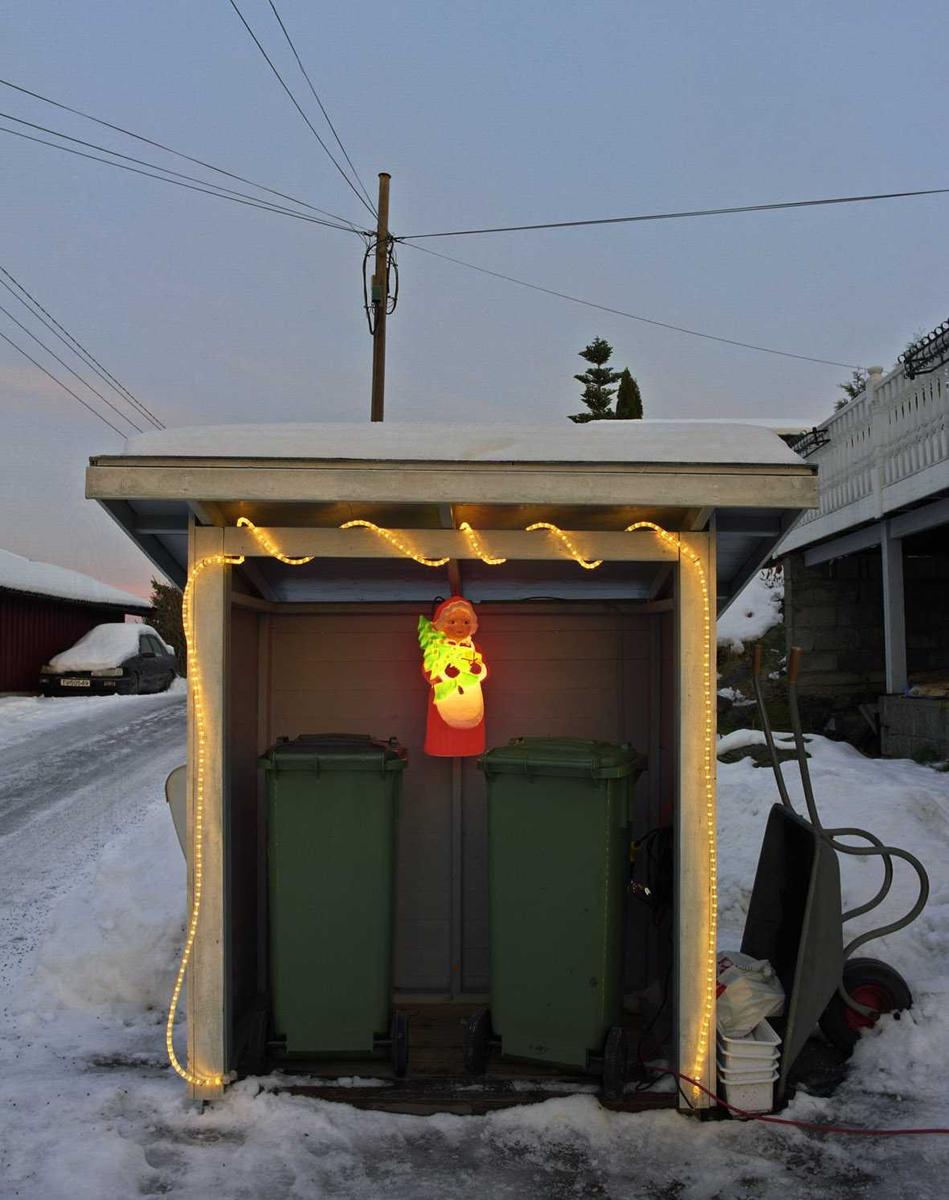 Julebelysning  Hvit lysslange og lysende engel på søppelhus ved enebolig
