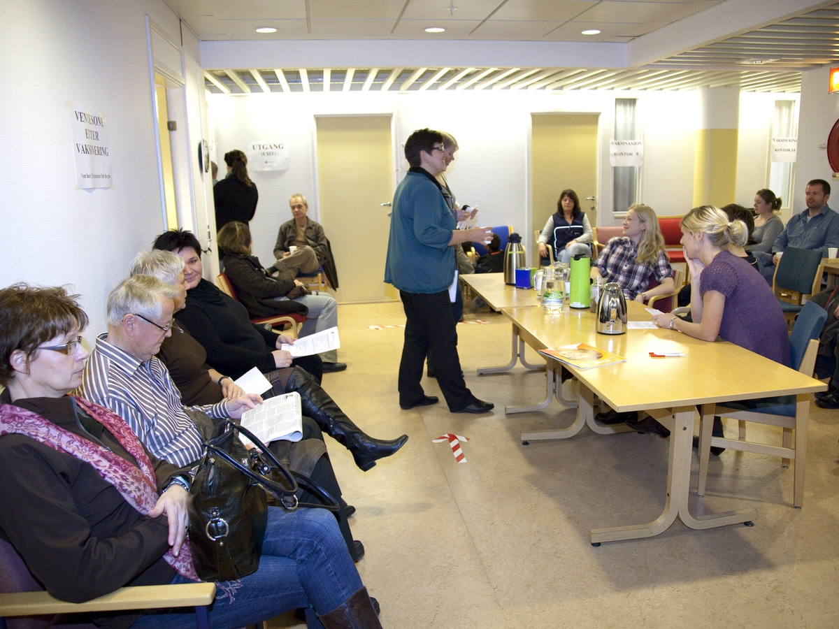 Svineinfluensa. Vaksinasjon mot svineinfluensa på Skedsmo Rådhus den 20.11.09. Vaksinasjonsområde.  Alle ble anbefalt å sette seg i vaksinasjonsområdets hvilerom etter vaksineringen. Folk venter etter vaksineringen.