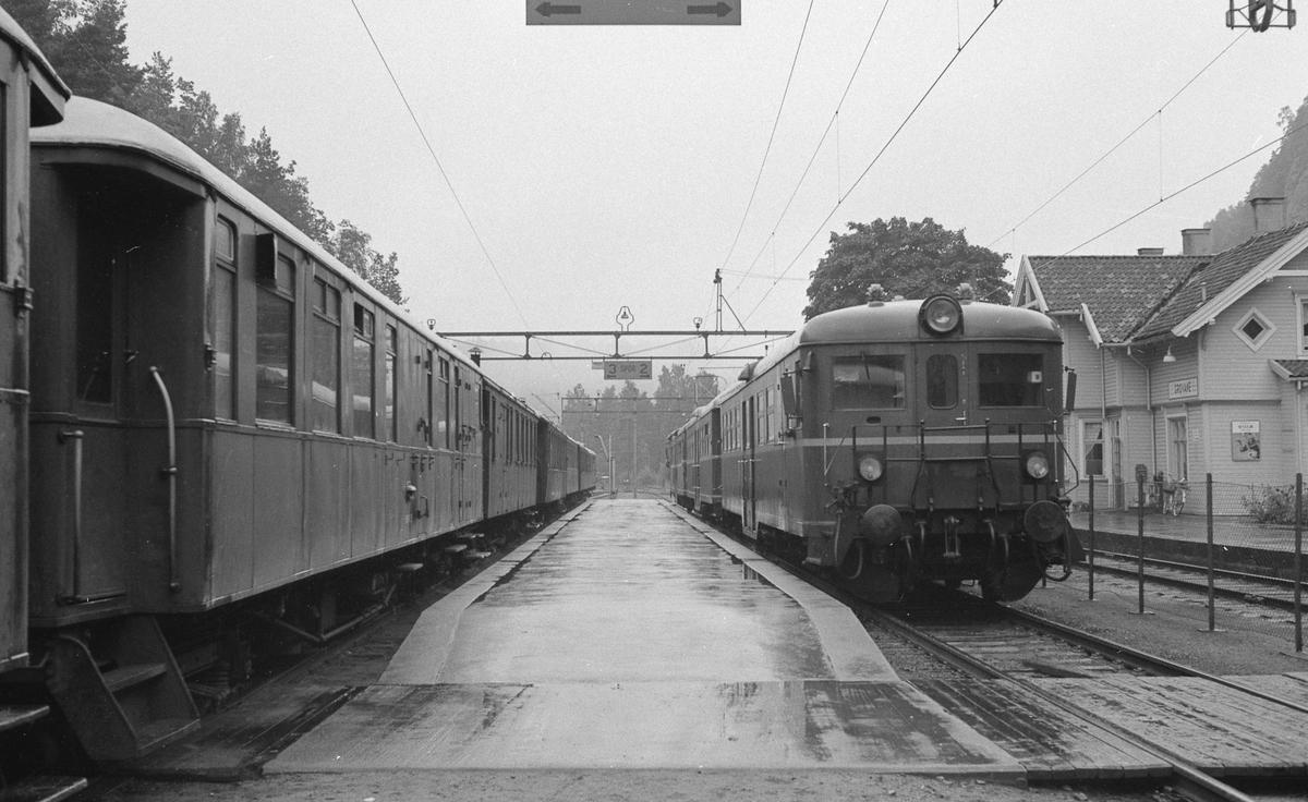 Togmøte på Grovane. Setesdalsbanens tog til venstre, lokaltog fra Kristiansand til høyre.