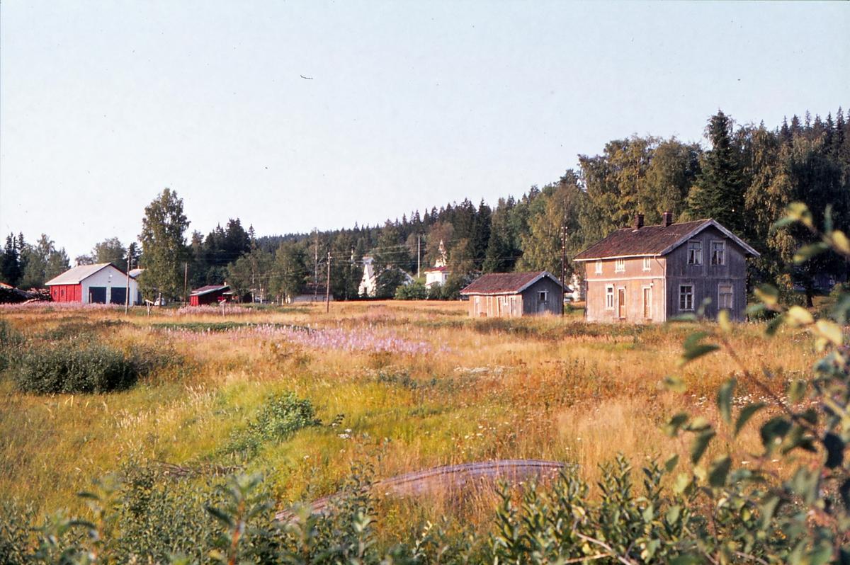 Ved Skulerud stasjon 14 år etter nedleggelsen.