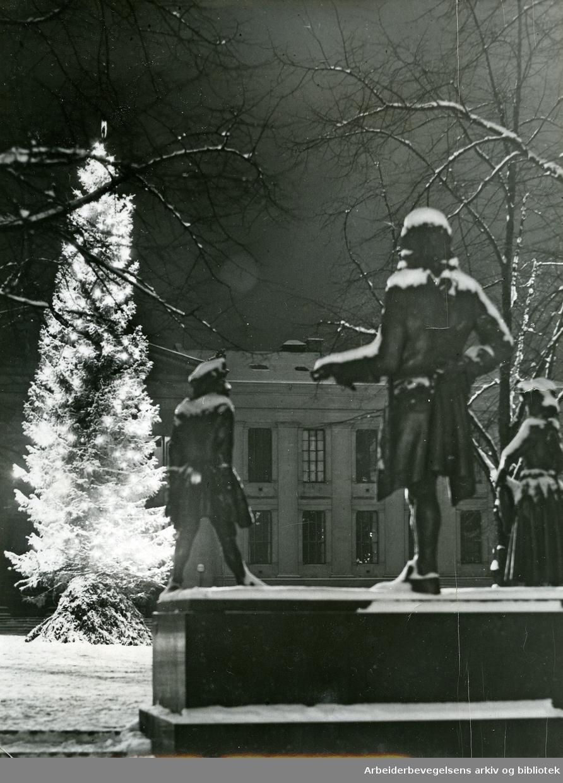 Studenterlunden med Dyre Vaa's Holberg-monument, slutten av 1930-tallet