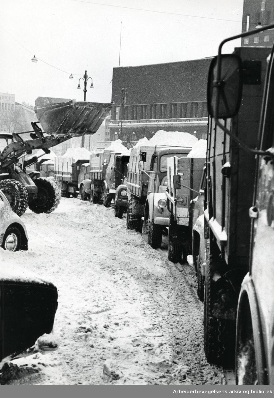 Oslo veivesen rydder snø på Rådhusplassen,.februar 1966