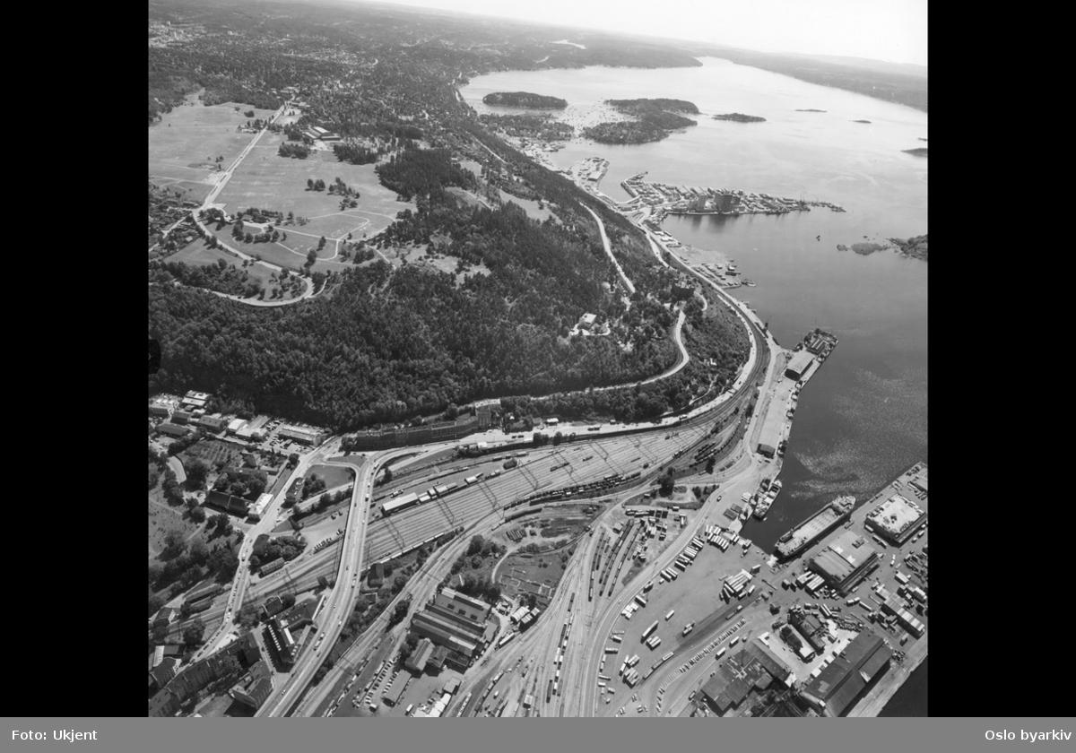 Luftfoto, Ekebergsletta til høyre, NSBs anlegg på Sørenga og Sørengkaia , Sjursøya (kull- og oljehavn) (Flyfoto)