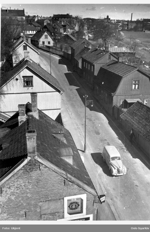 Trehusbebyggelse oppver Maridalsveien sett fra krysset ved Griffenfeldts gate. Myraløkka i bakgrunnen til høyre. Bildet er tatt fra tårnblokken i Griffenfeldts gate 12. Lyktestolper, bil.