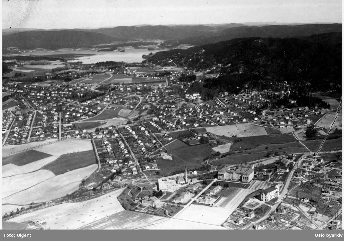 Aker, sykehuset i forgrunn til høyre, villabebyggelse og jordbruk på Grefsen og Kjelsås lenger bak. Disen, Lofshus, refstad. Maridalsvannet og Grefsenåsen i bakgrunnen, luftfoto (Flyfoto)