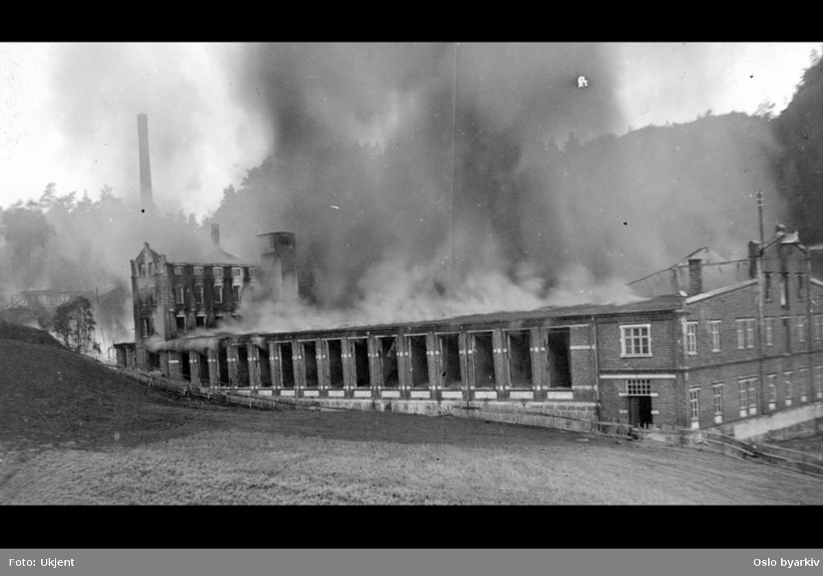 Postkortfotografi av tekstilfabrikk i brann. Sannsynlig Høie fabrikker i Kristiansand