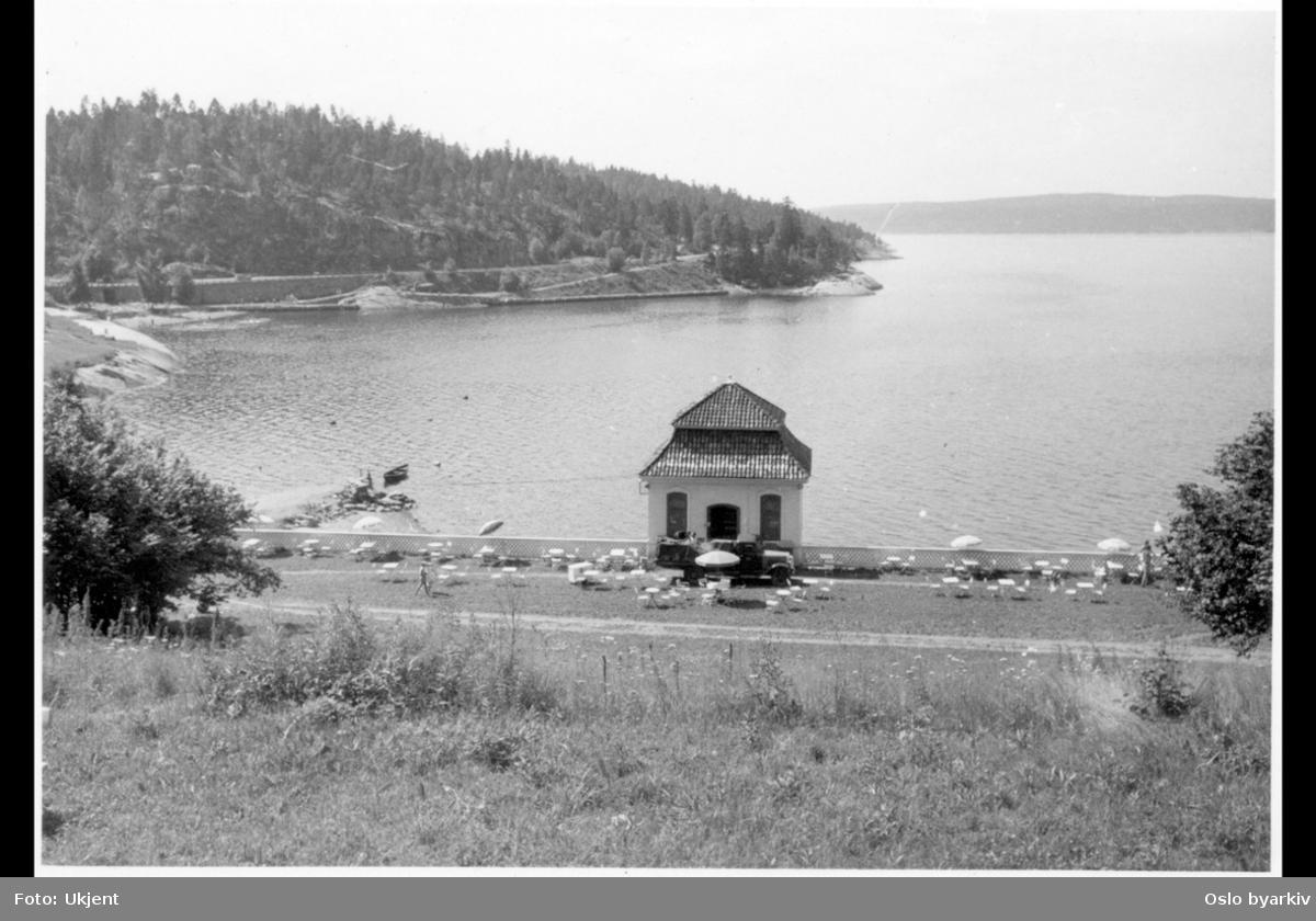 Det tidligere lysthuset (rokokkopaviljongen) til Stubljan gods, sett fra baksiden. Nå kiosk og kafé (uteservering) for Hvervenbuktas badegjester. (Jfr. bilde A-20145/Ual/0012/015)