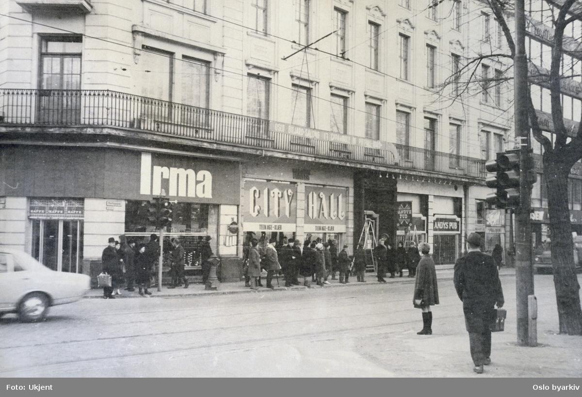 Stortingsgata med butikkene Irma dagligvare, Varners City Hall ungdomsklær og utestedet Andys pub.