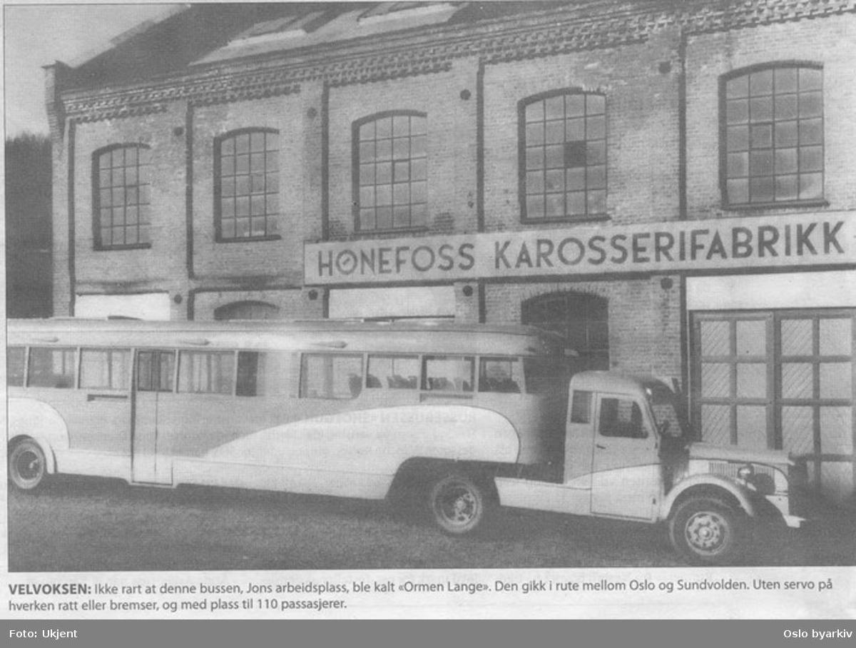 """Foto av avisbilde: Buss bygd som semitrailer, """"Ormen lange,"""" for ruta Oslo - Hønefoss. Her utenfor Hønefoss Karosserifabrikk. Originalfoto: Adolf Johansen."""