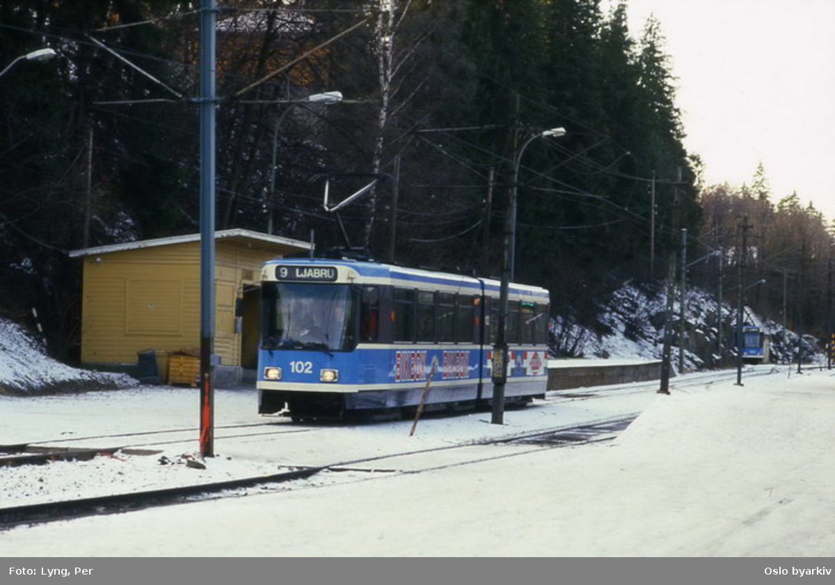 Oslo Sporveier. Trikk motorvogn 102 type SL79 linje 9 til Ljabru ved avgangsplattformen på Jar. Vinterbilde.