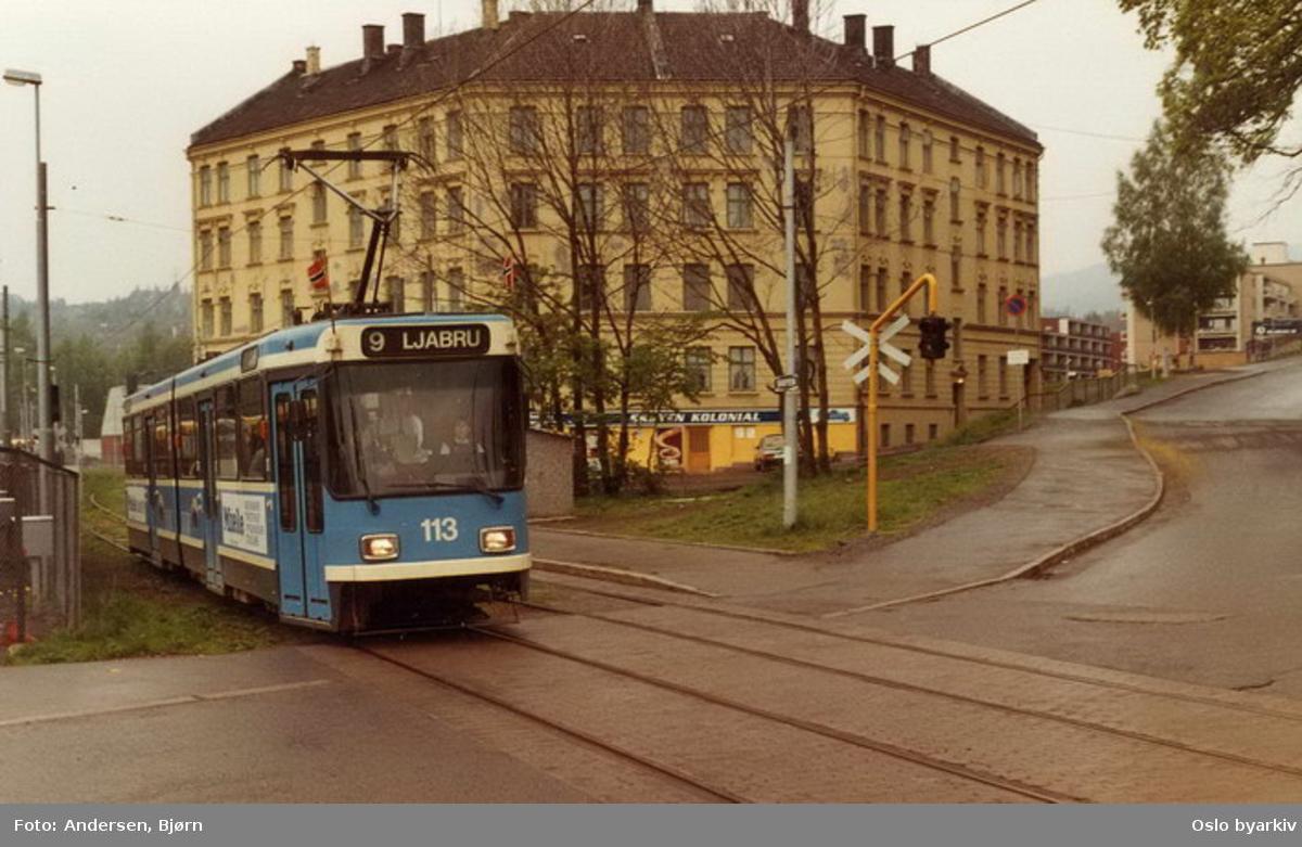 Oslo Sporveier. Trikk motorvogn 113 type SL79 linje 9 til Ljabru på Skøyen ved Nedre Skøyen vei og Amalienborg.