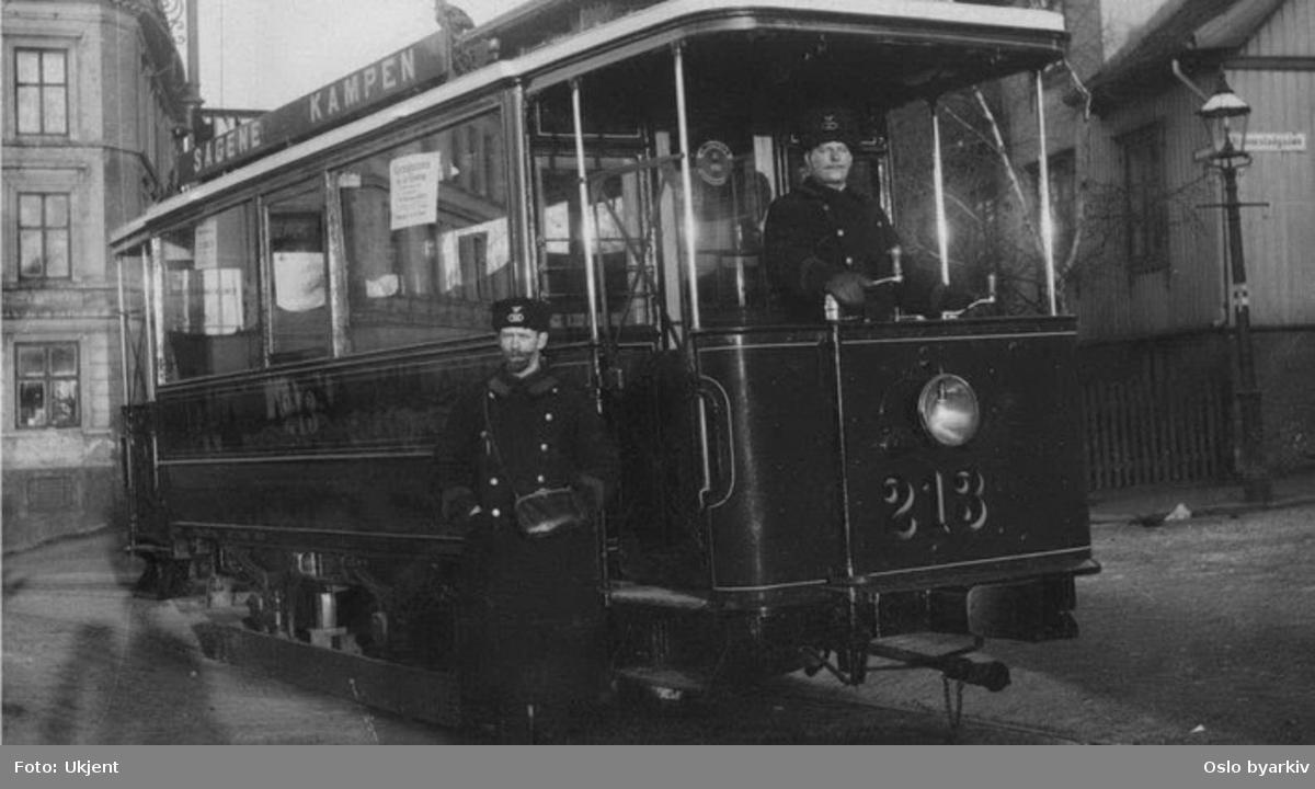 Grønntrikken. Trikk motorvogn tidligere kommunal type S nr. 213, åpne plattformer, betjening. Kampen ved Nannestadgata/Brinken. (De kommunale trikkevogner med alt tilbehør ble solgt til den private Grønntrikken 6. oktober 1905.)