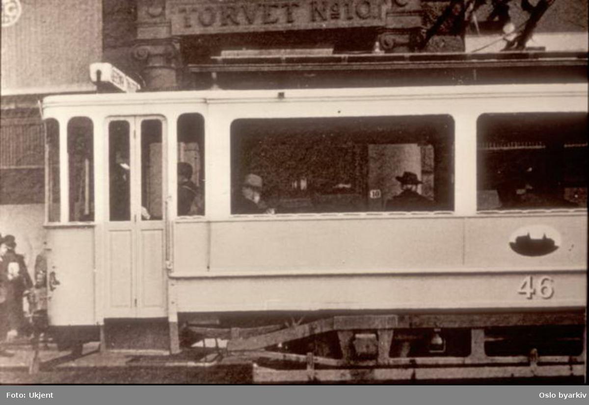 Oslo Sporveier. Trikk motorvogn 46 type SS kort fra 1912 ved Stortorvet. Bilde tatt en gang mellom 1947-1954.