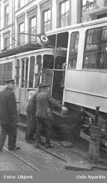 Oslo Sporveier. Kollisjon mellom et tog med to vogner i linje O og et tog med tre vogner i linje 8, Thorvald Meyers gate ved Birkelunden 15. februar 1935.