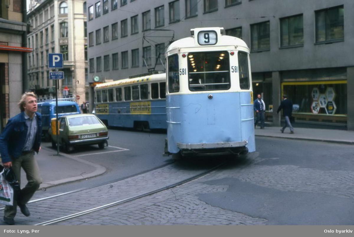 Oslo Sporveier. Trikk tilhenger 581 type STBO (fra 1953, tidligere Stockholmsvogn) linje 9, Jar-Ljabru, her ned i Tollbugata fra Nedre Vollgate.