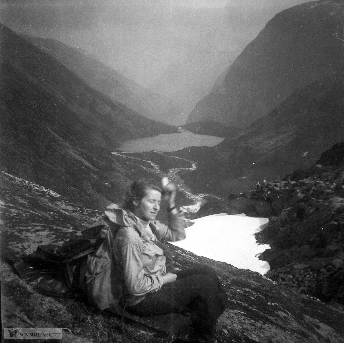 Inger Helene Solemdal g.Johnson på forlovelsestur ned Litldalen.