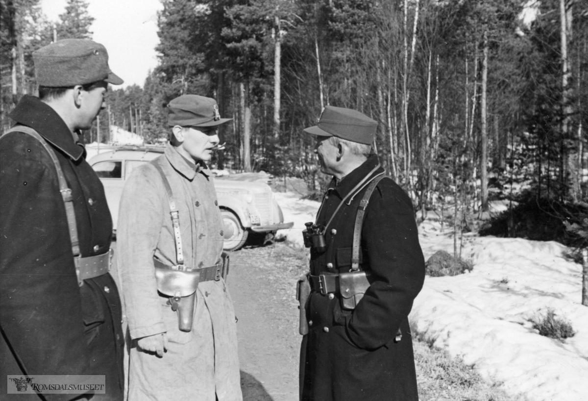 """""""Major Sandviks adjutat kpt Eldal orienterer om marsen gjennom Rondane"""""""