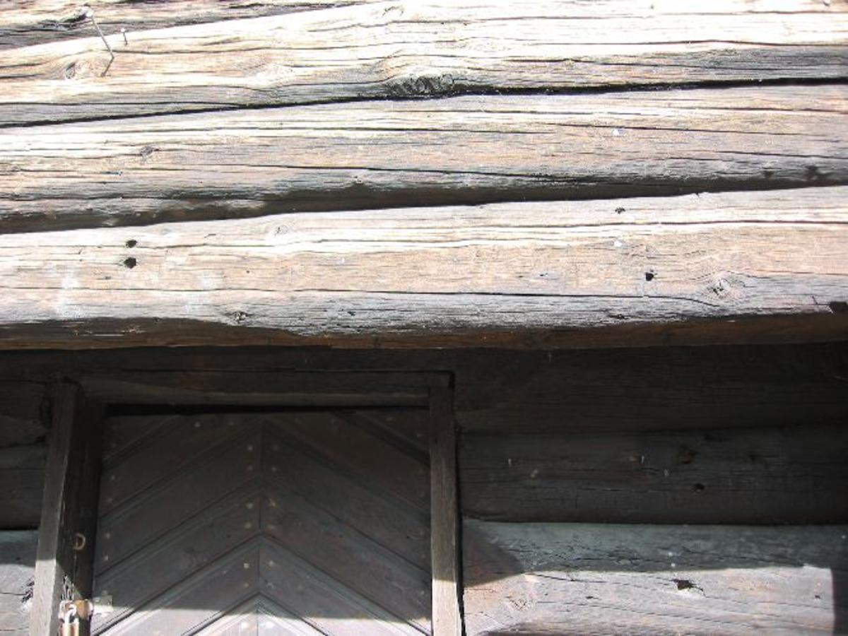Stabbur av tømmer med kulehull